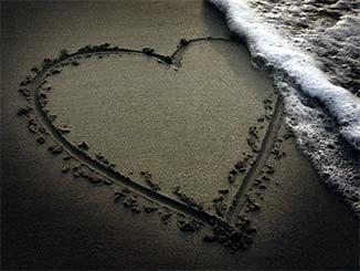 صوره قلب مرسوم على الرمل